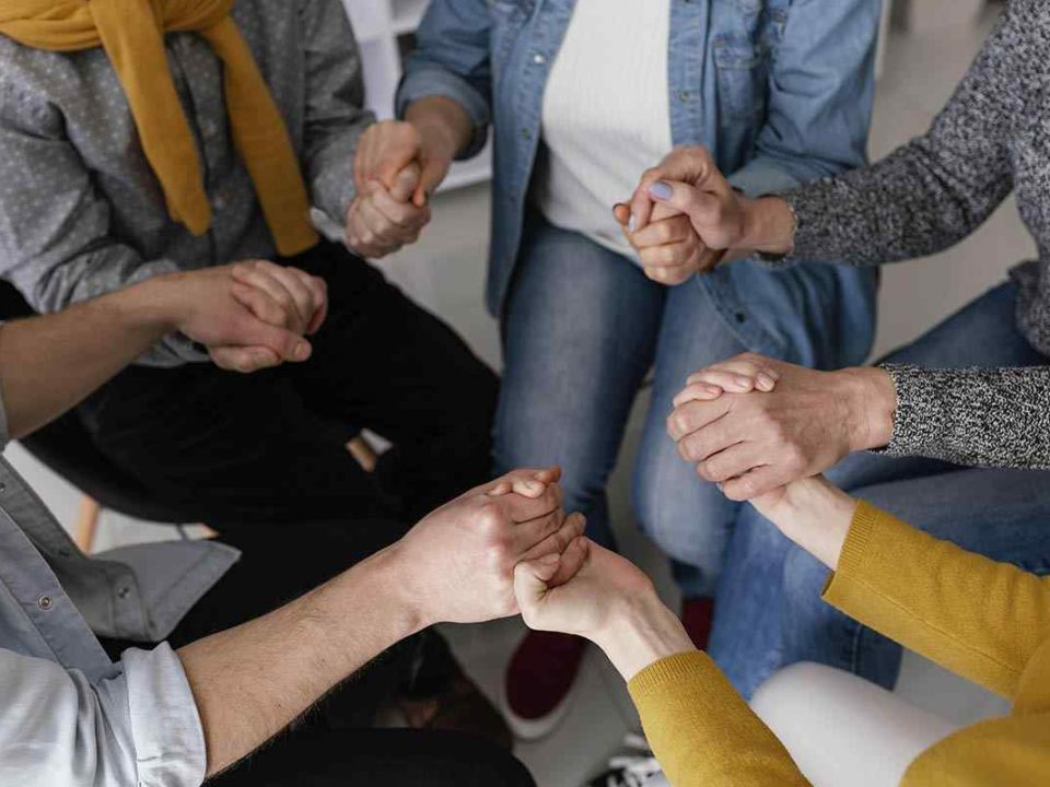 grup-therapy-session-holding-hands